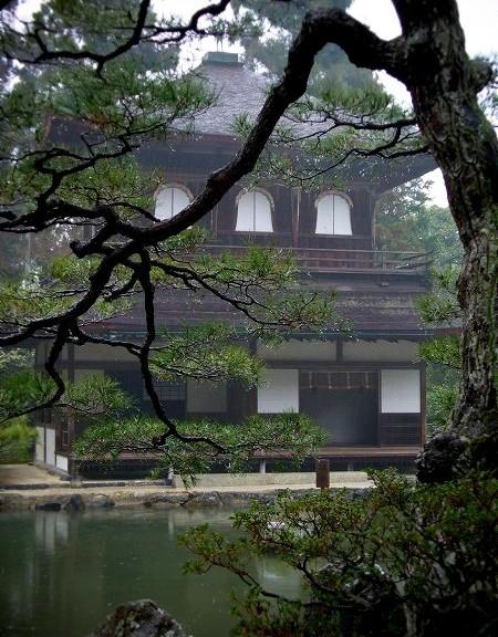 銀閣寺 雨の銀閣と錦鏡池