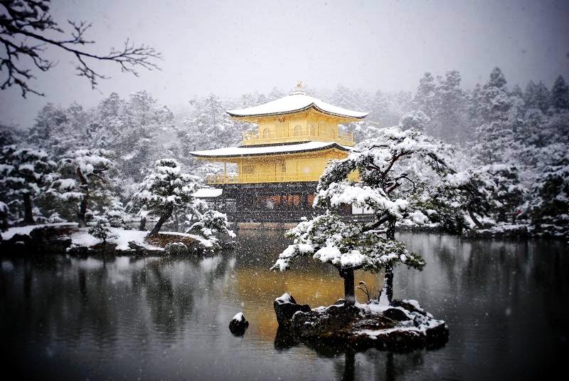 雪景色の金閣寺