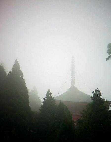 延暦寺 朝モヤの境内