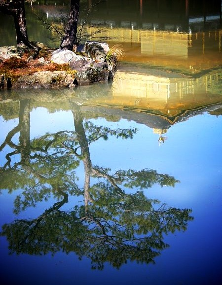 金閣寺 水面に映る